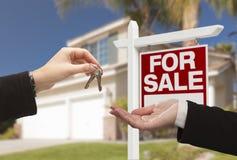 Clés de Handing Over House d'agent devant la nouvelle maison image libre de droits