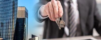 Cl?s de offre de maison d'agent immobilier ; exposition multiple images libres de droits