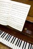 Clés de piano avec des notes Photographie stock