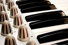 Clés de piano d'un synthétiseur modulaire Photographie stock libre de droits