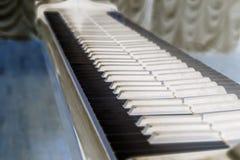 Clés de piano Plan rapproché Fermez-vous des clés antiques enes ivoire de piano toned photo stock