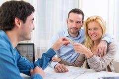 Clés de remise d'immobiliers aux couples Photos libres de droits