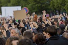 Clés de sonnerie de personnes sur la démonstration sur la place de Prague Wenceslas contre le gouvernement et le Babis actuels Images libres de droits