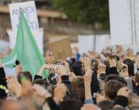 Clés de sonnerie de personnes sur la démonstration sur la place de Prague Wenceslas contre le gouvernement et le Babis actuels Photos stock