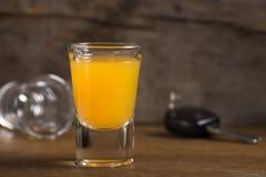 Clés de voiture avec des un verres à liqueur Photo stock