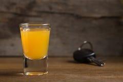 Clés de voiture avec des un verres à liqueur Photos stock