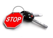 Clés de voiture avec le panneau routier d'arrêt sur le porte-clés Photos libres de droits