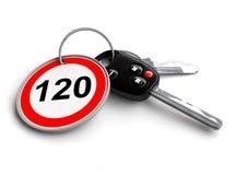 Clés de voiture avec le panneau routier de limitation de vitesse sur le porte-clés Photos stock