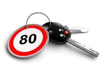Clés de voiture avec le panneau routier de limitation de vitesse sur le porte-clés Photographie stock libre de droits