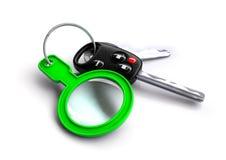 Clés de voiture avec une loupe verte comme porte-clés Photo libre de droits