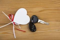 Clés de voiture de cadeau Clés et blancheur décorative de coeur Alarme de voiture Anniversaire photo stock