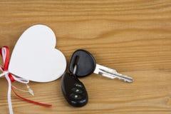 Clés de voiture de cadeau Clés et blancheur décorative de coeur Alarme de voiture Anniversaire photographie stock libre de droits