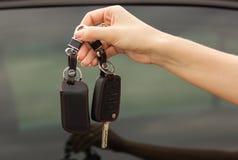 Clés de voiture dans une main femelle, plan rapproché photos stock