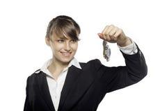 Clés de voiture de participation de femme d'affaires, souriant, d'isolement sur le fond blanc images stock