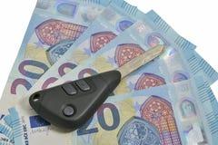 Clés de voiture sur fond de 20 l'euro factures Images libres de droits