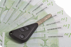 Clés de voiture sur fond de 100 l'euro factures Image libre de droits