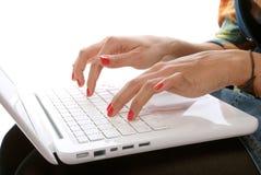 Clés du pressurage à la main de la femme sur l'ordinateur portatif Photo libre de droits
