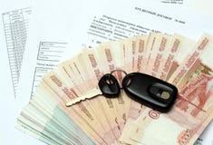 Clés et argent de véhicule sur le contrat de crédit image stock