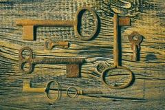 Clés médiévales rouillées sur portée la table en bois Images libres de droits