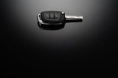Clés modernes de voiture d'isolement sur le fond réfléchi noir Photographie stock libre de droits