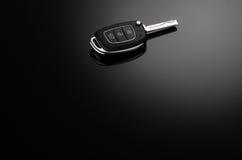 Clés modernes de voiture d'isolement sur le fond réfléchi noir Images libres de droits
