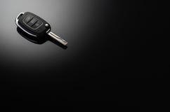Clés modernes de voiture d'isolement sur le fond réfléchi noir Image stock