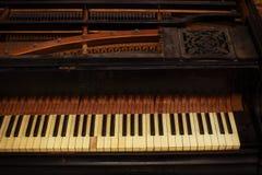 Clés noires et blanches de piano et grain en bois avec Image libre de droits