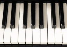 Clés noires et blanches de vieux piano Photographie stock