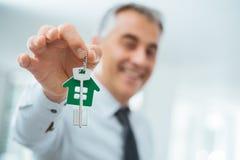 Clés réelles de maison de fixation d'agent immobilier images stock
