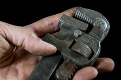 Clés rouillées et vieilles d'atelier Clés hydrauliques sur une table noire dans W Photographie stock libre de droits