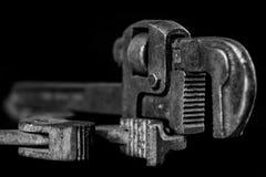 Clés rouillées et vieilles d'atelier Clés hydrauliques sur une table noire dans W Images libres de droits