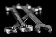 Clés rouillées et vieilles d'atelier Clés hydrauliques sur une table noire dans W Image libre de droits