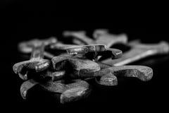 Clés rouillées et vieilles d'atelier Clés hydrauliques sur une table noire dans W Images stock