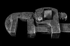 Clés rouillées et vieilles d'atelier Clés hydrauliques sur une table noire dans W Photos stock