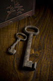 Clés rouillées sur le bois Photographie stock