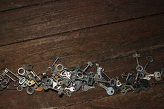 Clés sur le fond en bois Photographie stock libre de droits