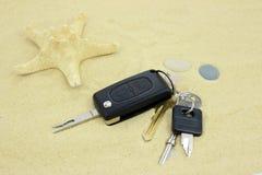 Clés sur le sable avec des étoiles de mer Photographie stock libre de droits