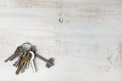 Clés sur un fond en bois Photographie stock