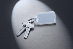 Clés sur un porte-clés blanc Photographie stock libre de droits