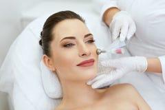 Clínica da beleza Mulher que faz o tratamento do oxigênio de Cryo da pele da cara fotografia de stock