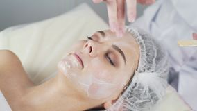 Clínica da beleza Uma mulher obtém a beleza o procedimento facial da cosmetologia filme