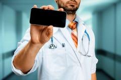 Clínica del doctor With Smartphone In Tecnología moderna en concepto de la medicina Imagen de archivo