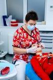 Clínica limpia de la pequeña de la muchacha de los dientes del dentista de los niños de la oficina del tratamiento del doctor del Fotografía de archivo libre de regalías