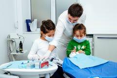 Clínica limpia de la pequeña de la muchacha de los dientes del dentista de los niños de la oficina del tratamiento del doctor del fotos de archivo libres de regalías