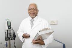 Clínica masculina del doctor Holding Clipboard At Imagen de archivo