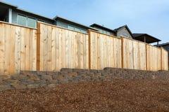 Clôture du bois de nouvelle arrière-cour à la maison photographie stock libre de droits