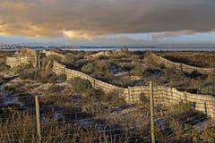 Clôture pour fixer les dunes de plage Photos stock