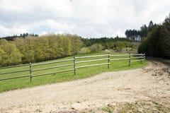Clôturant autour de la terre de pâturage près de Vsetin, République Tchèque Photographie stock
