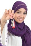 Clôturez d'une belle femme arabe tenir les touches début d'écran Images stock