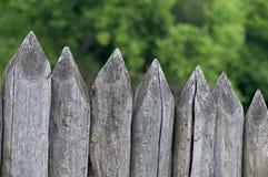 Clôturez les enjeux, une barrière faite de rondins Images stock